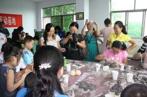 洛阳网亲子教育版块在佛du工作室开展陶艺活动